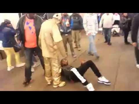 小偷看準了街頭藝人「扮雕像完全不動」的表演方式正要偷錢,下一秒「猛烈的現世報」讓他只能躺在地上看星星了!