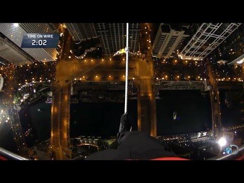 鋼索王無任何安全措施,蒙眼征服摩天大樓,現場觀眾驚呼連連!