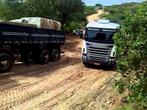 Inhonho Operando um Jacaré Scania 124