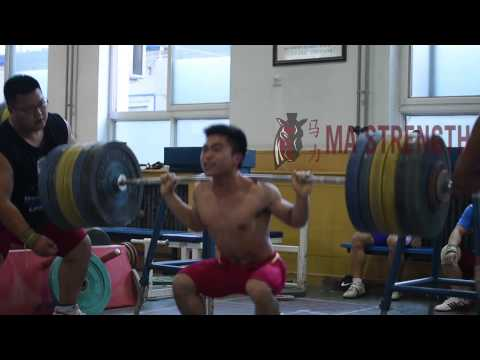 long - Men squat to max more often than women in the Chinese system because they have more power and less endurance. During the Ma Strength Weightlifting Camp, 56kg Long De Cheng adjusted his ...
