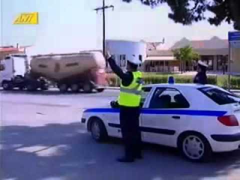 motociclista non si ferma al posto di blocco dando un 5 al poliziotto!