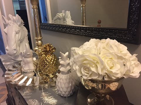 How to style your entry way Table : Horse head decor