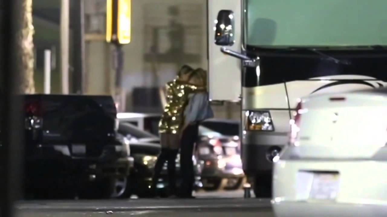 Miley Cyrus – Makin' Out with Hot New Chick by: TMZ.com