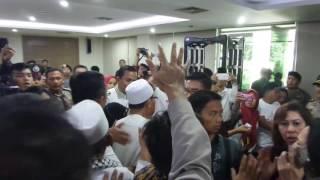 Dua kelompok yang mengikuti sidang lanjutan kasus dugaan penodaan agama ribut usai majelis menutup sidang dengan agenda tuntutan oleh Pengadilan Negeri Jakarta Utara di auditorium Kementerian Pertanian, Jakarta Selatan, Kamis (20/4/2017) siang. Peristiwa ini langsung dibubarkan polisi di lokasi. KOMPAS.com / ANDRI DONNAL PUTERA