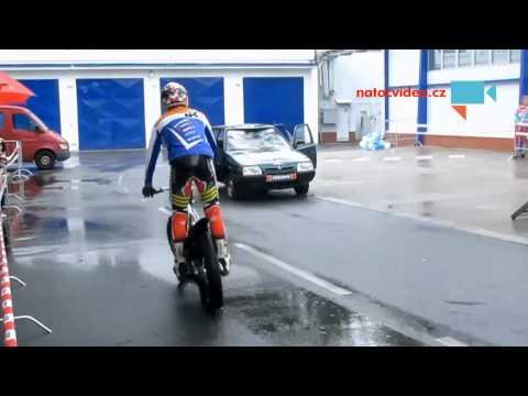 Jak zavřít dveře u auta pomocí trial motocyklu