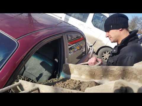 Муж залил машину жены бетоном