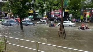 Ảnh hưởng bởi cơn bão số 2, trận mưa liên tục từ sáng nay khiến nhiều tuyến phố Thủ đô bị ngập sâu.