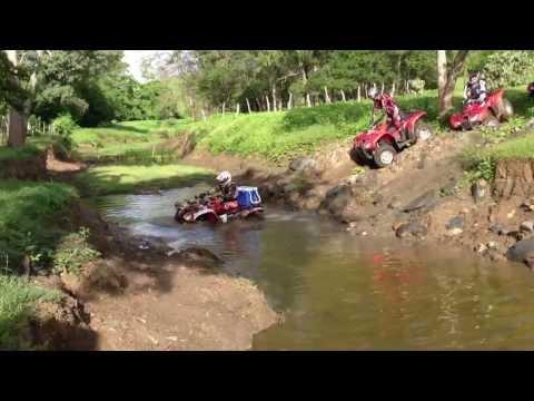quadriciclo - travessia de rio com um quadriciclo.