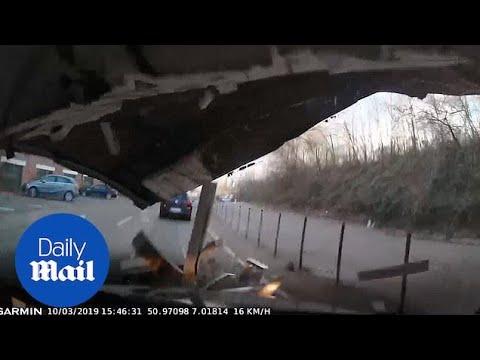 Η στιγμή που πέφτει οροφή κτιρίου σε αμάξι στη Γερμανία