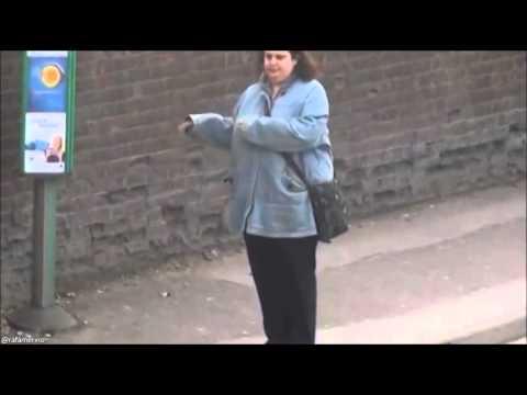 'Nainen joraa pysäkillä' -video sillä oikeella naisen kuuntelemalla biisillä