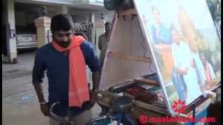 Vijay Sethupathi promotes Pannaiyarum Padminiyum in a tricycle by video.maalaimalar.com