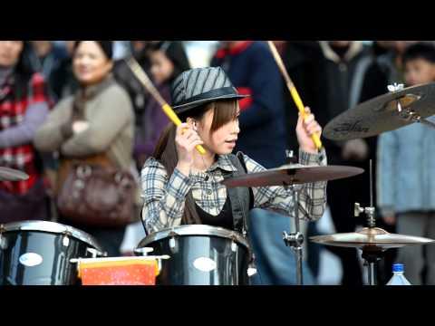 原本不知道這個女生在街頭的打鼓表演有多厲害,結果一邊看就一邊無法控制地慢慢下跪!