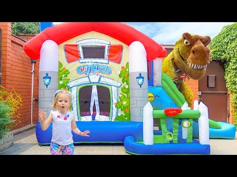 Гигантский динозавр напал на детский батут (видео)