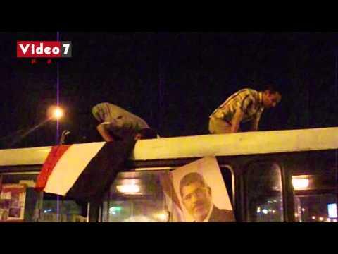 بالفيديو..مؤيدو الرئيس المعزول يؤدون الصلاة فوق «أتوبيس عام» برمسيس