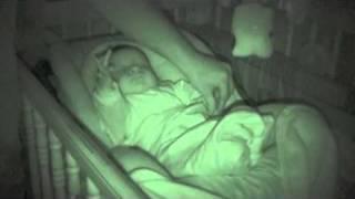 Rodzice sprawdzali czy ich maluszek słodko śpi! To co odkryli musieli nagrać i pokazać światu!