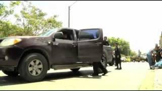 Policías cargan botín en Tikal Futura