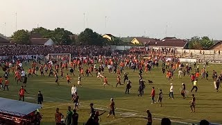 Video MENCEKAM--Begini Keributan Suporter di Laga PSIR Rembang vs Persis Solo MP3, 3GP, MP4, WEBM, AVI, FLV April 2018