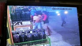 TOPIKINI.COM - Aksi pencurian handphone disebuah toko di Padang Kamis malam (2/2/2017), tertangkap kamera pengintai atau CCTV. Alhasil, satu orang pelaku berhasil ditangkap warga. Namun satu lagi berhasil melarikan diri bersama barang curiannya.Baca selengkapnya :http://topikini.com/terekam-cctv-pencuri-hp-padang-babak-belur-videonya/
