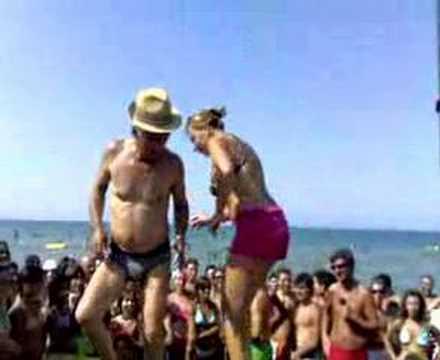 guardate come balla questo vecchietto in spiaggia!