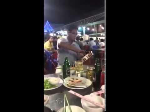 Cô Hàng Xóm - Thanh Niên mặc áo mưa hát rong