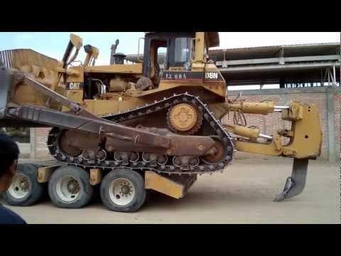 Bajando el Tractor Caterpillar D8 (Bulldozer) de un lowboy