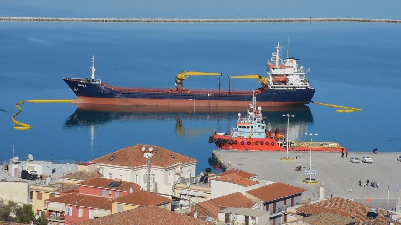 Επιχείρηση αποκόλλησης του φορτηγού πλοίου από το λιμάνι του Ναυπλίου