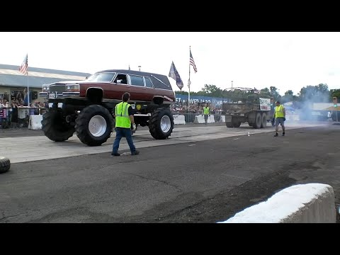 Hearse 4×4 vs. Army Truck battle in tug of war