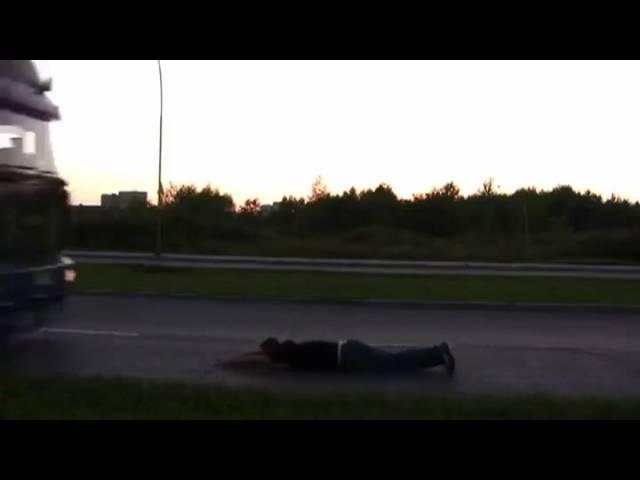 Đùa giỡn mạng sống khi nằm giữa đường cho xe đi qua