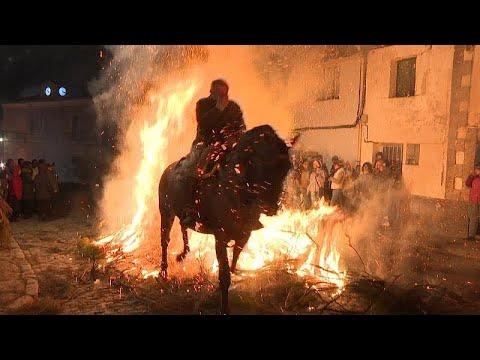 Πηδώντας με άλογα πάνω από τις φωτιές