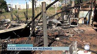Casa pega fogo e fica destruída em Bauru