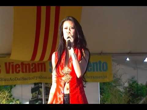 Như Loan trình diễn trong cuộc thi Hoa Hậu Áo Dài Sacramento 2012