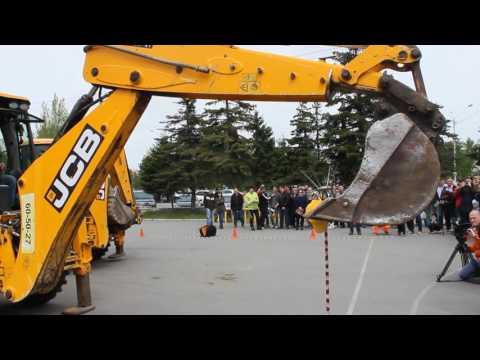 Алтайские строители сыграли в футбол на экскаваторах