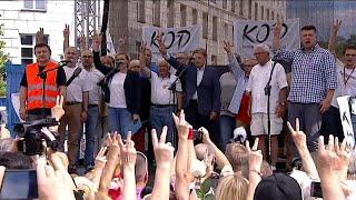 """Polonya'nın başkenti Varşova'da pazar günü düzenlenen gösteride hükümetin yargı reformu paketi protesto edildi. Polonya hükümeti, adalet bakanına yargıçları atama yetkisi tanıyan tasarıyı cuma günü meclisten geçirmişti. Protestocular hükümeti yargı bağımsızlığını ortadan akldırmakla suçluyor:""""Polonya'da demokrasi tahrip ediliyor. Bu yıkımın bir sonraki adımı da bağımsız yargının ortadan kaldırılması olacak. Siyasetten bağımsız yargıyı yok ediyorlar.""""""""Böyle bir ülkede kalmak isteyip istemed…İLGILI HABERLER: http://tr.euronews.com/2017/07/16/polonyada-hukumetin-yargi-reformuna-tepkieuronews: Avrupa'nın en çok izlenen haber kanalı.Üye ol! http://www.youtube.com/subscription_center?add_user=euronewstreuronews şimdi 13 ayrı dilde: https://www.youtube.com/user/euronewsnetwork/channelsTürkçe: Web sayfası: http://tr.euronews.com/Facebook: https://www.facebook.com/euronews.trTwitter: http://twitter.com/euronews_tr"""