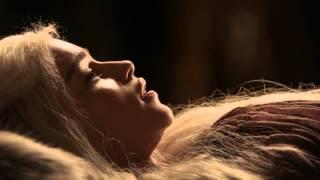 Des esclaves prennent soin de la khaleesi. Une Esclave de Plaisir enseigne à sa Maitresse comment satisfaire le Khal...