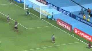 Num recuo apos uma falta, a bola vem muito alta e desce para ser dividida por Ronaldinho e Conca, os dois destaques do jogo,...