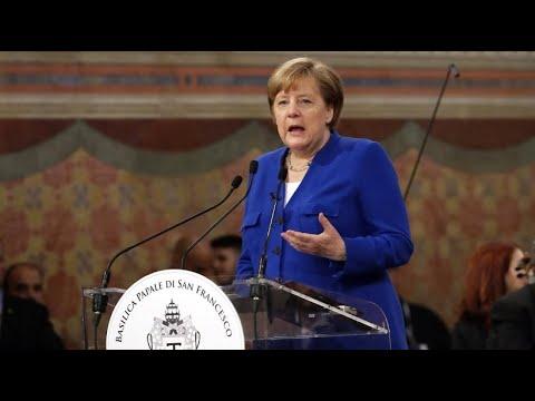 """Bei """"Friedenslampe""""-Auszeichnng: Merkel blickt mit  ..."""