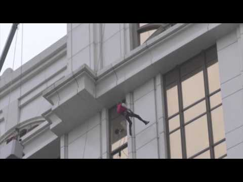 Raw - The man known as the 'French Spider-Man' climbed a 500-foot tower in Macau Wednesday as part of a stunt to promote the new Spider-Man movie. (April 23)