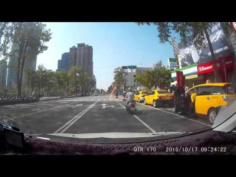 路都妳家的嗎 在台灣大道上綠燈了還停了30秒還慢慢來