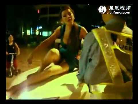 豪乳酒醉女露底酷爬上車頂,警察也無奈….