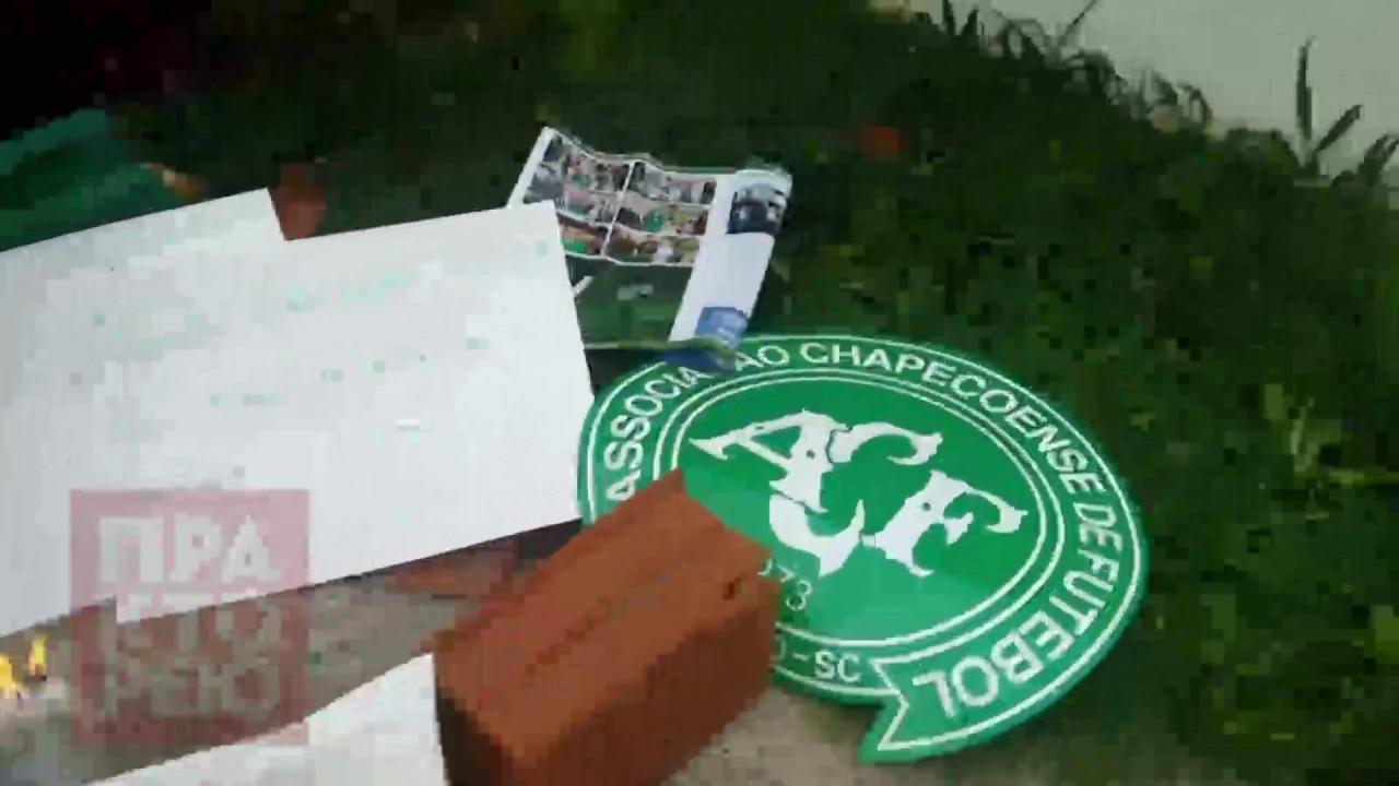 Βραζιλία: Οπαδοί της Σαπεκοένσε πενθούν έξω από το γήπεδο της ομάδας