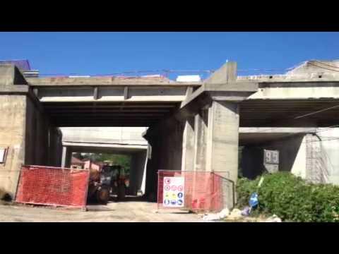 L'abbattimento del ponte sulla ferrovia