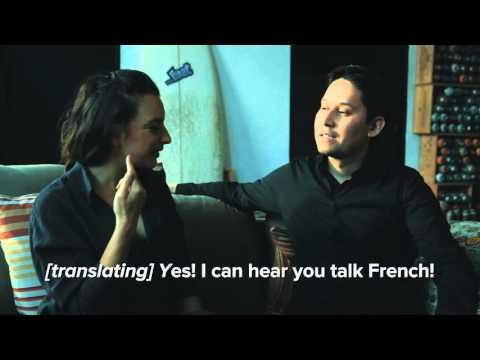 只要戴上這個最新發明的神奇耳機,以後你就算跟語言不通的法國人交往也都沒問題了!