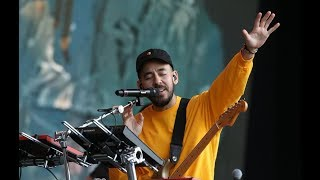Video Mike Shinoda and Crowd Pay Emotional Tribute to Chester Bennington (In The End) MP3, 3GP, MP4, WEBM, AVI, FLV Mei 2019