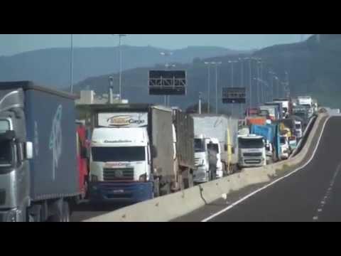 Manifestação dos caminhoneiros fecha uma pista da BR101 Sul em Terra de Areia.