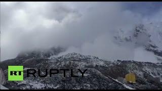 Очевидцы на Эвересте засняли сход лавины, вызванной землетрясением в Непале