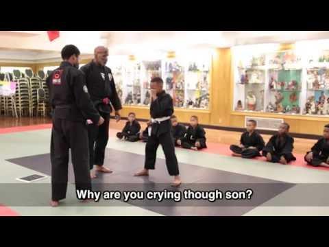小男孩因為「考試打破木板」而疼痛哭泣,但旁觀的教練突然蹲下來對他說一段話…之後他整個人就變了!