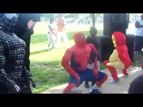 Spiderman, Batman, e Ironman che ballano