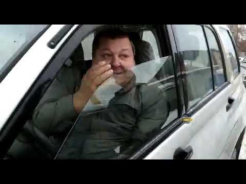 """В Новосибирске агрессивный водитель """"Сузуки"""" кидался с ножом на человека, не понравилось, что ему посигналили и обогнали"""