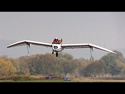他趴在用10年打造的「噴氣式滑翔翼」上準備試飛,擔心失敗的人最後都吶喊到燒聲!