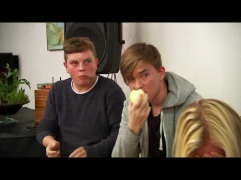 Hypnotisøren Mikkel får sit publikum til at spise rå løg